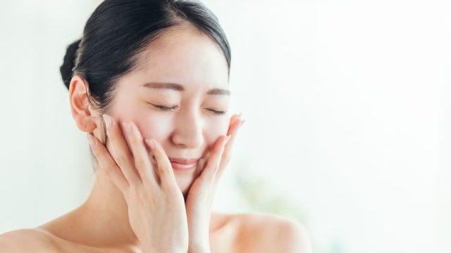 化粧水で保湿している女性